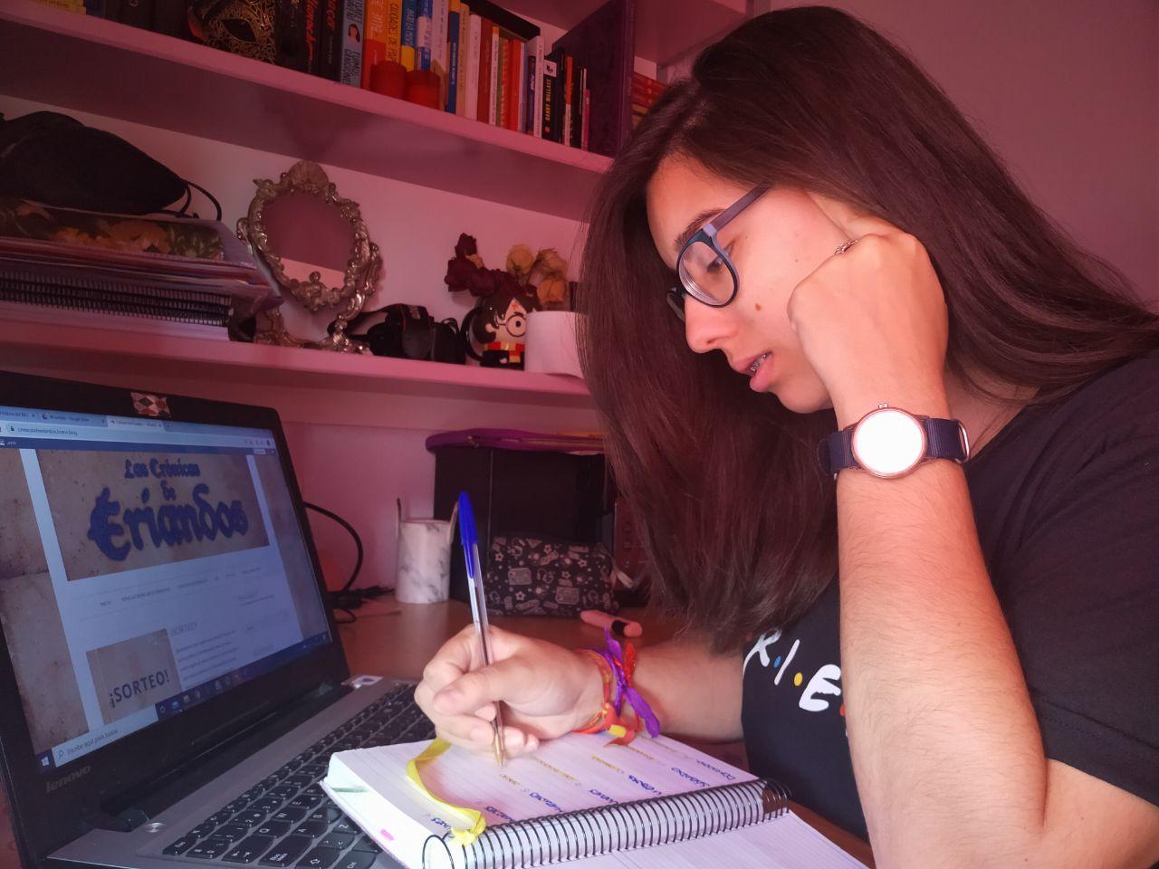 Blanca escribiendo su último relato